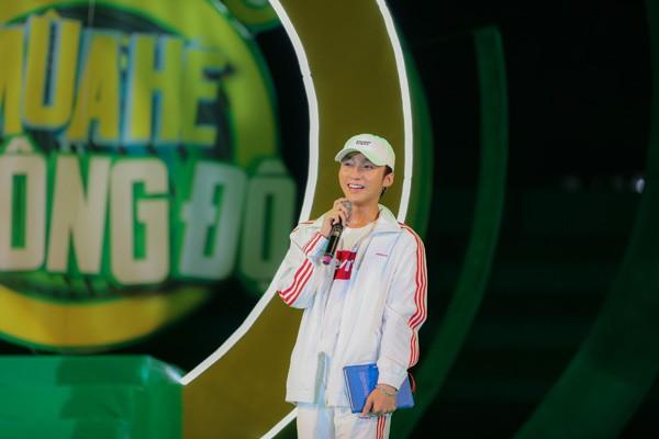 """Sơn Tùng M-TP nhận món quà bất ngờ trên sân khấu """"Mùa hè không độ"""" ảnh 1"""