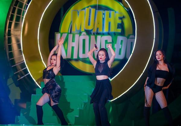 """Sơn Tùng M-TP nhận món quà bất ngờ trên sân khấu """"Mùa hè không độ"""" ảnh 3"""
