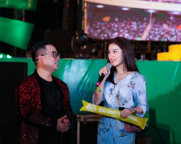 """Sơn Tùng M-TP nhận món quà bất ngờ trên sân khấu """"Mùa hè không độ"""" ảnh 4"""