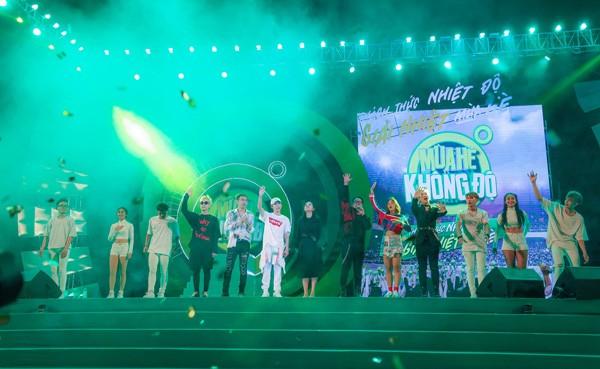 """Sơn Tùng M-TP nhận món quà bất ngờ trên sân khấu """"Mùa hè không độ"""" ảnh 5"""
