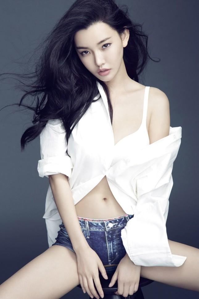 Vẻ đẹp phồn thực, siêu gợi cảm của 2 con gái Châu Nhuận Phát ảnh 5