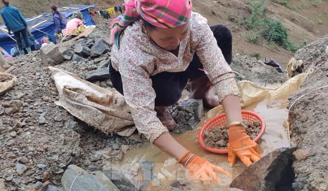 Cận cảnh công trường khai thác vàng trái phép ở 'mỏ tử thần' Minh Lương ảnh 10