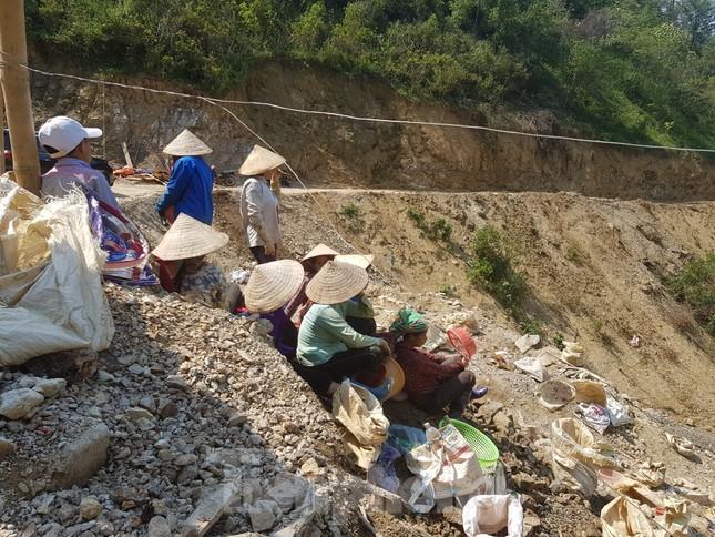 Cận cảnh công trường khai thác vàng trái phép ở 'mỏ tử thần' Minh Lương ảnh 14