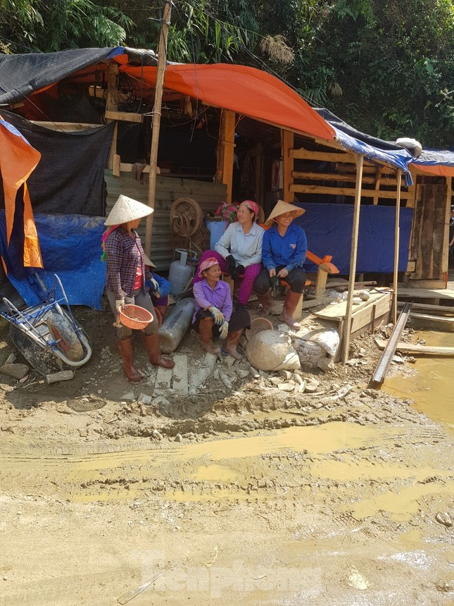 Cận cảnh công trường khai thác vàng trái phép ở 'mỏ tử thần' Minh Lương ảnh 16