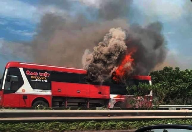 Kinh hoàng xe giường nằm bốc cháy trơ khung trên cao tốc Nội Bài – Lào Cai ảnh 2