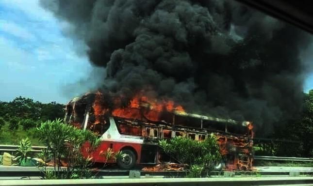 Kinh hoàng xe giường nằm bốc cháy trơ khung trên cao tốc Nội Bài – Lào Cai ảnh 1