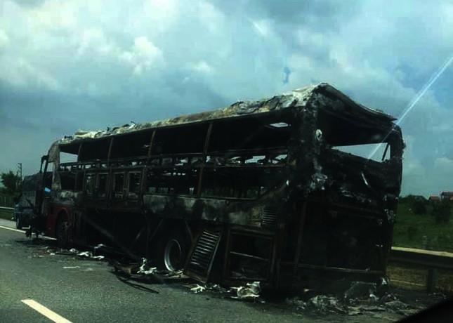 Kinh hoàng xe giường nằm bốc cháy trơ khung trên cao tốc Nội Bài – Lào Cai ảnh 5