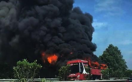 Kinh hoàng xe giường nằm bốc cháy trơ khung trên cao tốc Nội Bài – Lào Cai ảnh 4