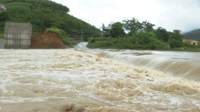 Mưa lớn ở Phú Thọ, TP. Việt Trì ngập trong biển nước, nhiều xã bị cô lập ảnh 4