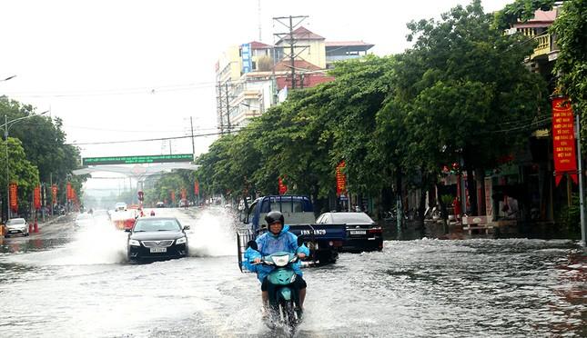 Mưa lớn ở Phú Thọ, TP. Việt Trì ngập trong biển nước, nhiều xã bị cô lập ảnh 1