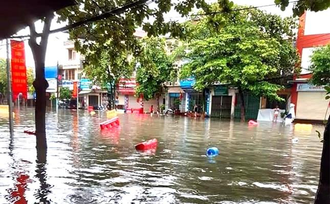 Mưa lớn ở Phú Thọ, TP. Việt Trì ngập trong biển nước, nhiều xã bị cô lập ảnh 2