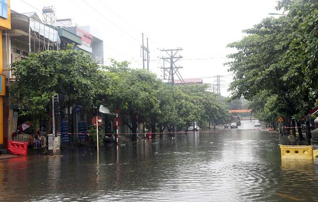 Mưa lớn ở Phú Thọ, TP. Việt Trì ngập trong biển nước, nhiều xã bị cô lập ảnh 3