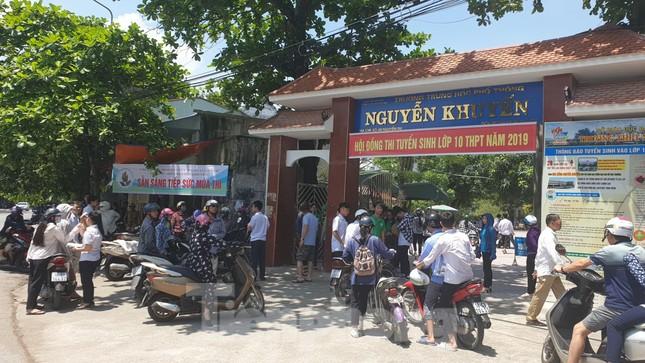 Chảo lửa thi lớp 10 Nam Định quá nóng, phụ huynh rồng rắn đội nắng ngóng con ảnh 7