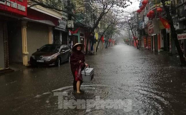 Nam Định ngập sâu, người dân 'thúc thủ' trong nhà ngày mùng 1 Tết ảnh 11
