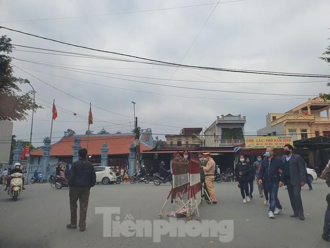 Đóng cửa chợ Viềng, người dân vẫn nườm nượp đổ về cầu may ảnh 3