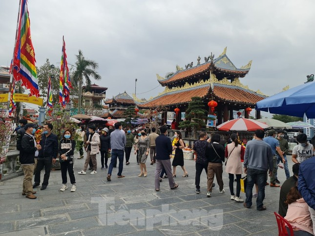 Đóng cửa chợ Viềng, người dân vẫn nườm nượp đổ về cầu may ảnh 8