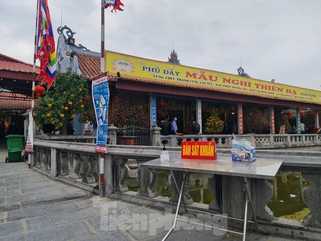 Đóng cửa chợ Viềng, người dân vẫn nườm nượp đổ về cầu may ảnh 1