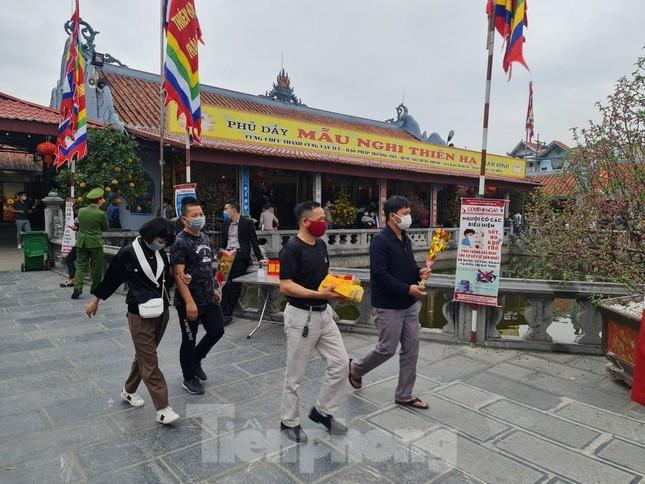 Đóng cửa chợ Viềng, người dân vẫn nườm nượp đổ về cầu may ảnh 2
