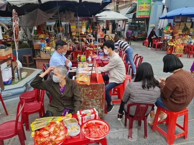 Đóng cửa chợ Viềng, người dân vẫn nườm nượp đổ về cầu may ảnh 11