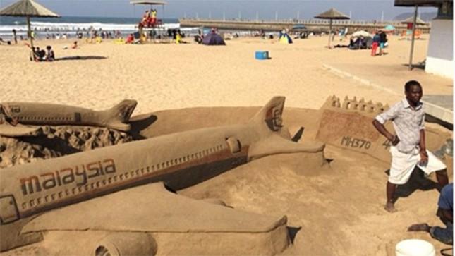 Tưởng nhớ nạn nhân máy bay rơi bằng nghệ thuật điêu khắc trên cát ảnh 1