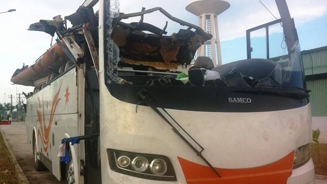 Xe chui gầm cầu vượt làm 19 người bị thương: Thiếu biển báo, lỗi tại ai? ảnh 1