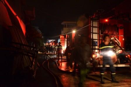 Hơn 100 cảnh sát cứu hỏa trắng đêm cứu công ty gỗ ảnh 3
