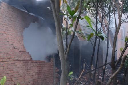 Hơn 100 cảnh sát cứu hỏa trắng đêm cứu công ty gỗ ảnh 5