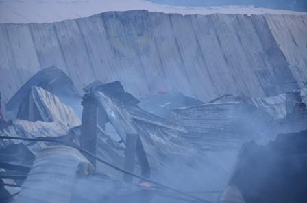 Hơn 100 cảnh sát cứu hỏa trắng đêm cứu công ty gỗ ảnh 4