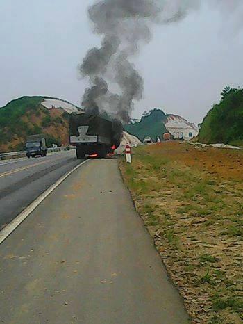 Xe tải bốc cháy trên cao tốc Nội Bài - Lào Cai ảnh 1