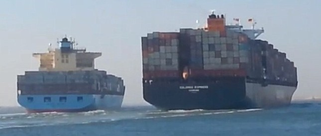 Khoảnh khắc hai tàu container khổng lồ đâm nhau ảnh 1