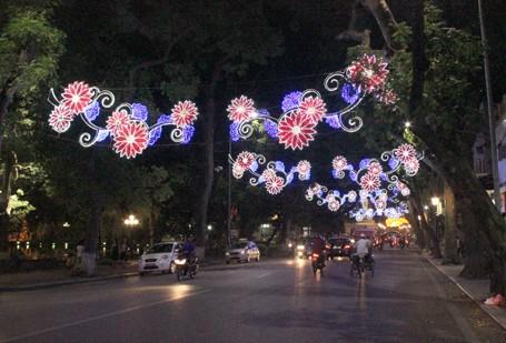 Hà Nội 'khoác áo mới' mừng 60 năm giải phóng ảnh 9