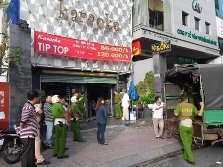 Hàng chục cảnh sát đột kích quán karaoke Tip Top ảnh 1