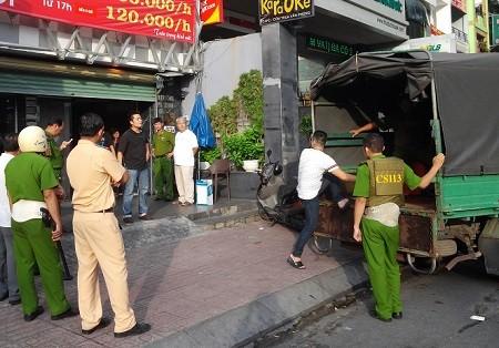 Hàng chục cảnh sát đột kích quán karaoke Tip Top ảnh 2