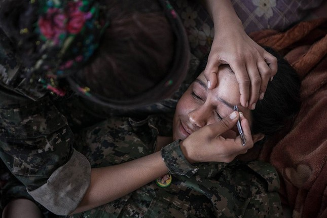 Đời thường của các nữ chiến binh chống IS ảnh 11