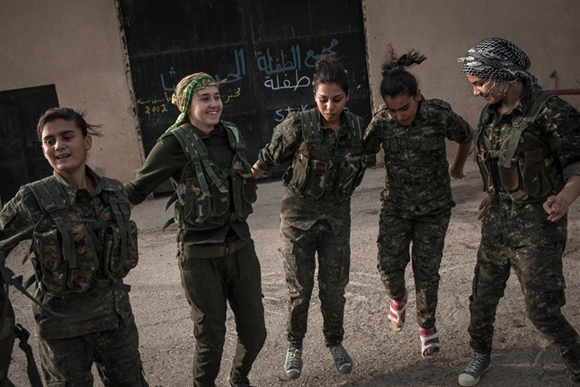 Đời thường của các nữ chiến binh chống IS ảnh 12