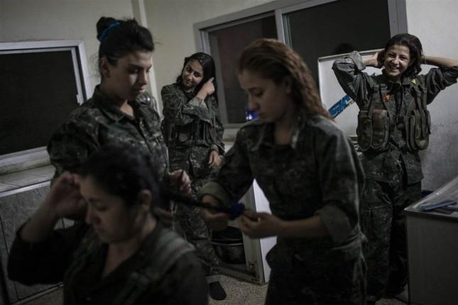 Đời thường của các nữ chiến binh chống IS ảnh 2