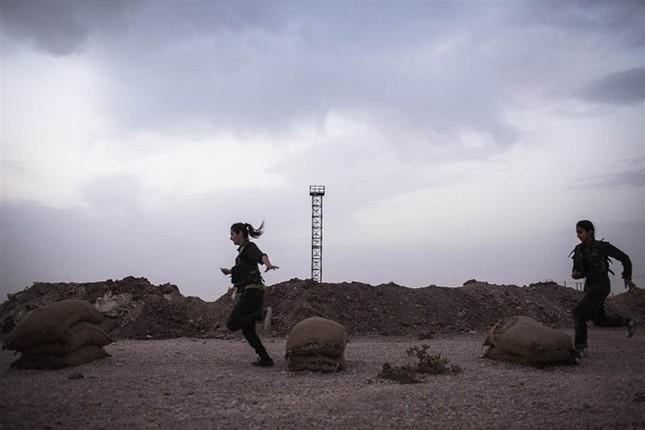 Đời thường của các nữ chiến binh chống IS ảnh 3