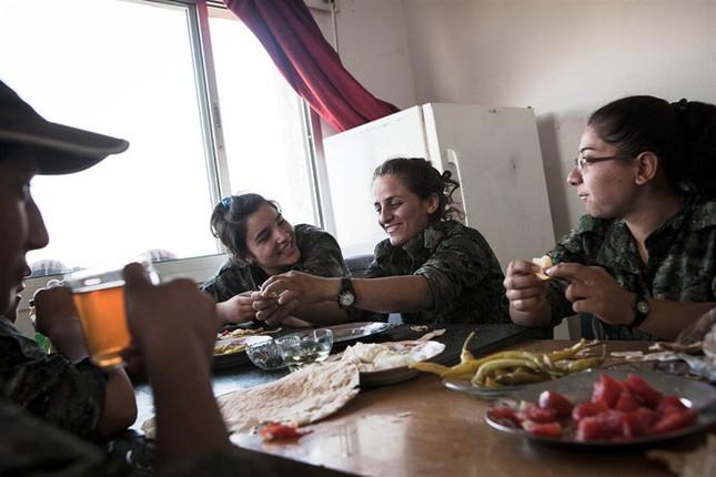 Đời thường của các nữ chiến binh chống IS ảnh 5