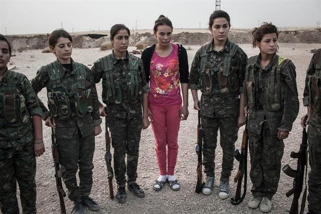 Đời thường của các nữ chiến binh chống IS ảnh 9