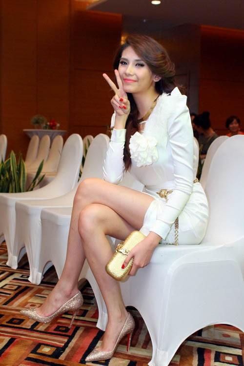 Bốn mỹ nhân Việt với đôi giày được 'cưng' nhất ảnh 10