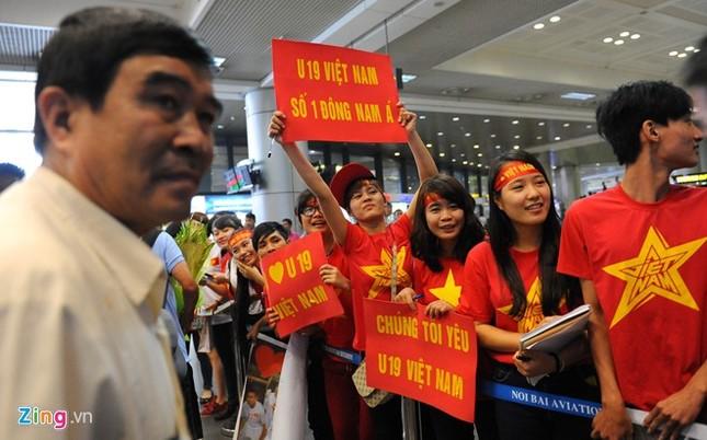 Người hâm mộ quây kín cầu thủ U19 Việt Nam ở Nội Bài ảnh 2
