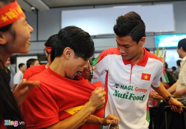 Người hâm mộ quây kín cầu thủ U19 Việt Nam ở Nội Bài ảnh 3
