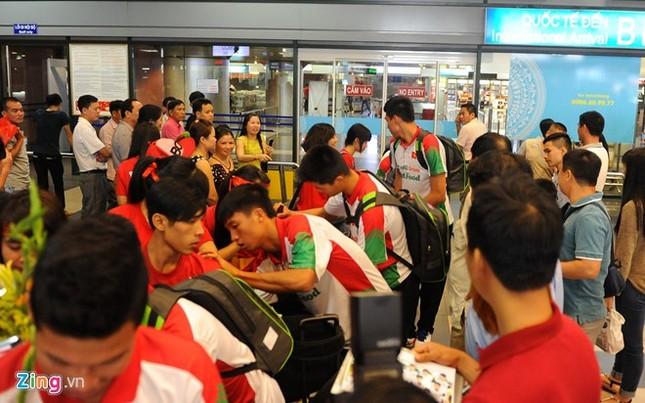 Người hâm mộ quây kín cầu thủ U19 Việt Nam ở Nội Bài ảnh 4