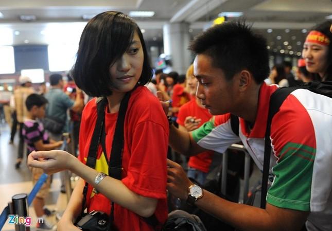 Người hâm mộ quây kín cầu thủ U19 Việt Nam ở Nội Bài ảnh 5