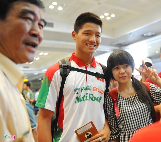 Người hâm mộ quây kín cầu thủ U19 Việt Nam ở Nội Bài ảnh 6