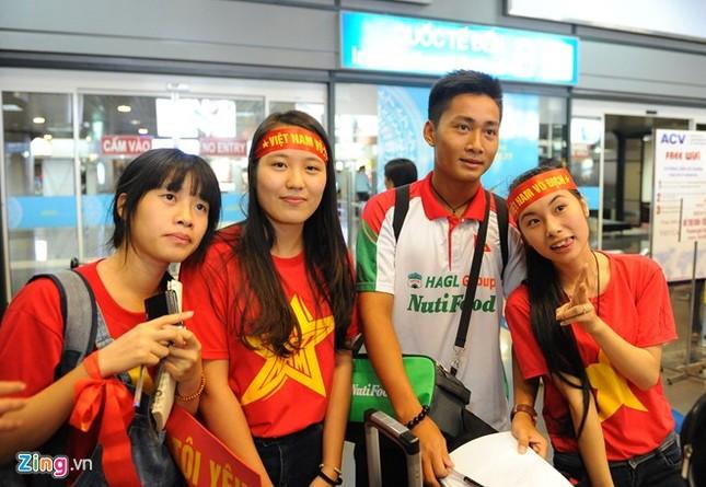 Người hâm mộ quây kín cầu thủ U19 Việt Nam ở Nội Bài ảnh 7