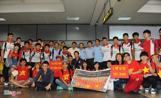 Người hâm mộ quây kín cầu thủ U19 Việt Nam ở Nội Bài ảnh 8