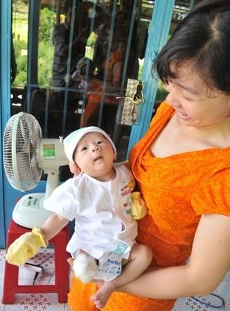 Gia đình mừng đầy tháng cho cháu bé bị văng khỏi bụng mẹ ảnh 4