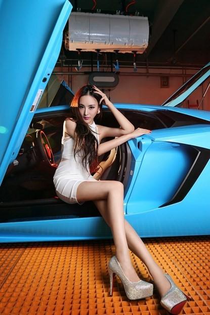 Mỹ nhân khoe chân dài miên man bên 'Vua bò tót' Lamborghini ảnh 4