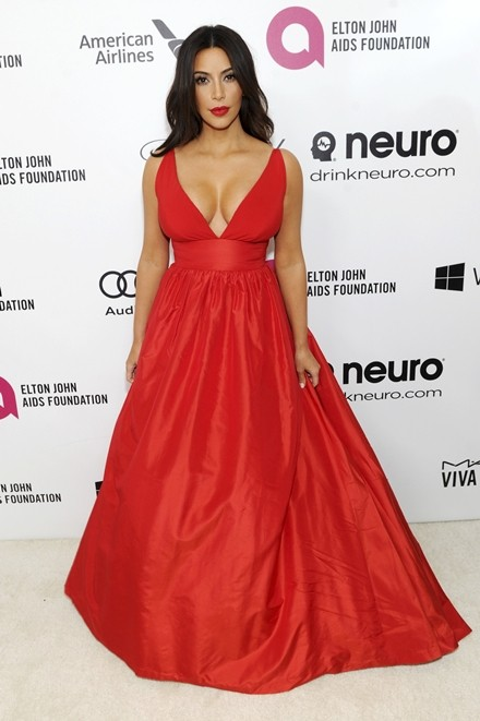 Kim Kardashian chuộng đồ xẻ ngực ảnh 10